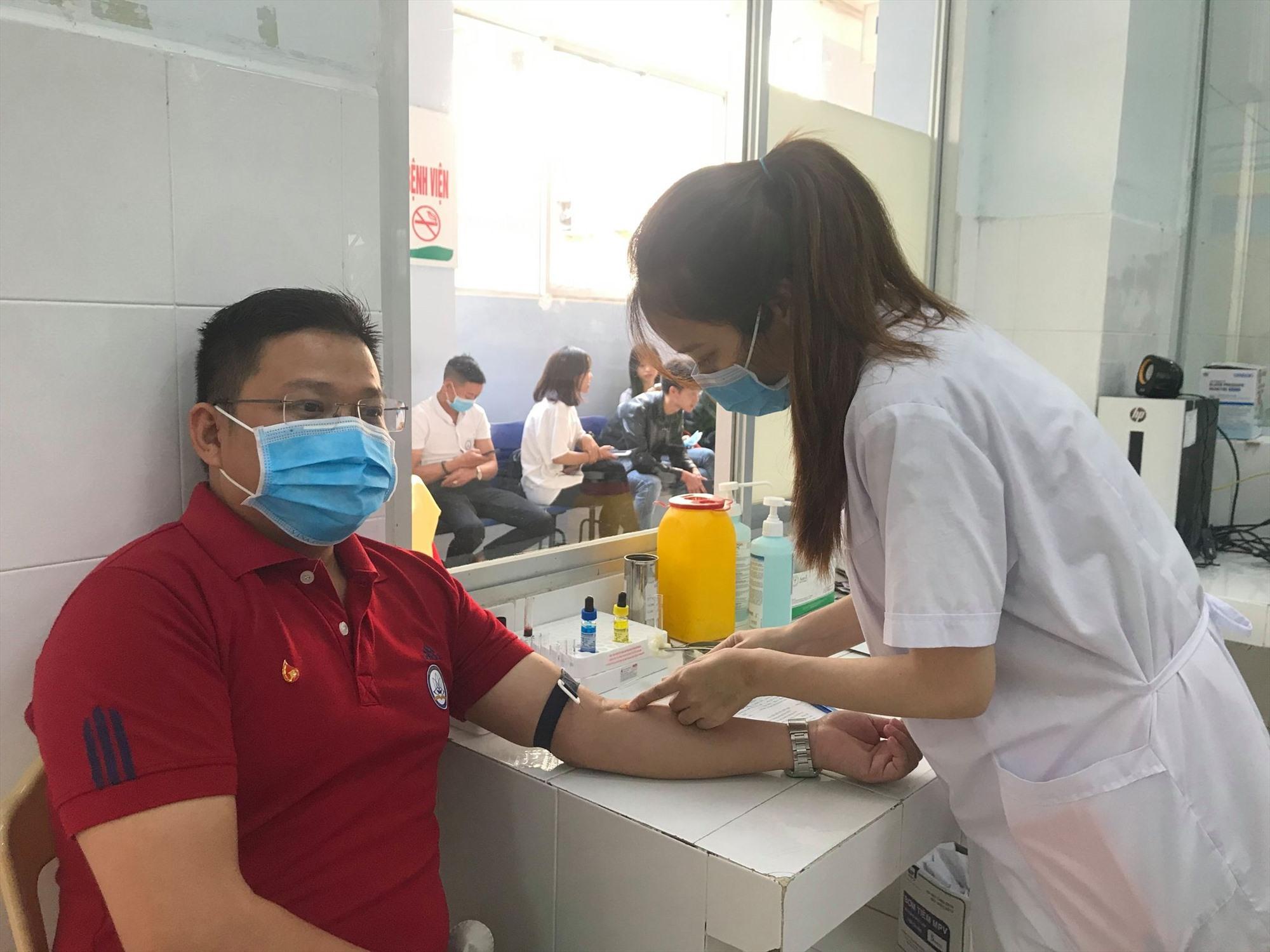 Kiểm tra sức khỏe trước khi hiến máu tại Bệnh viện Đa khoa Quảng Nam. Ảnh: C.N