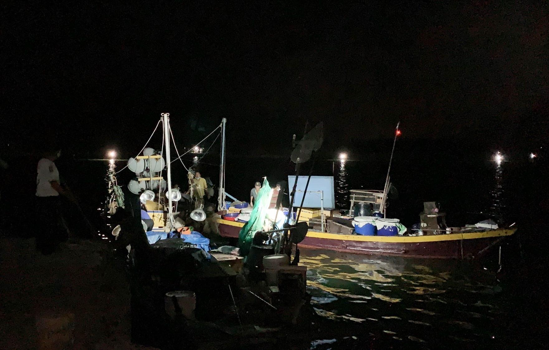 Lực lượng biên phòng bắt 5 tàu cá khai thác thủy hải sản trái phép. Ảnh: HỒNG ANH