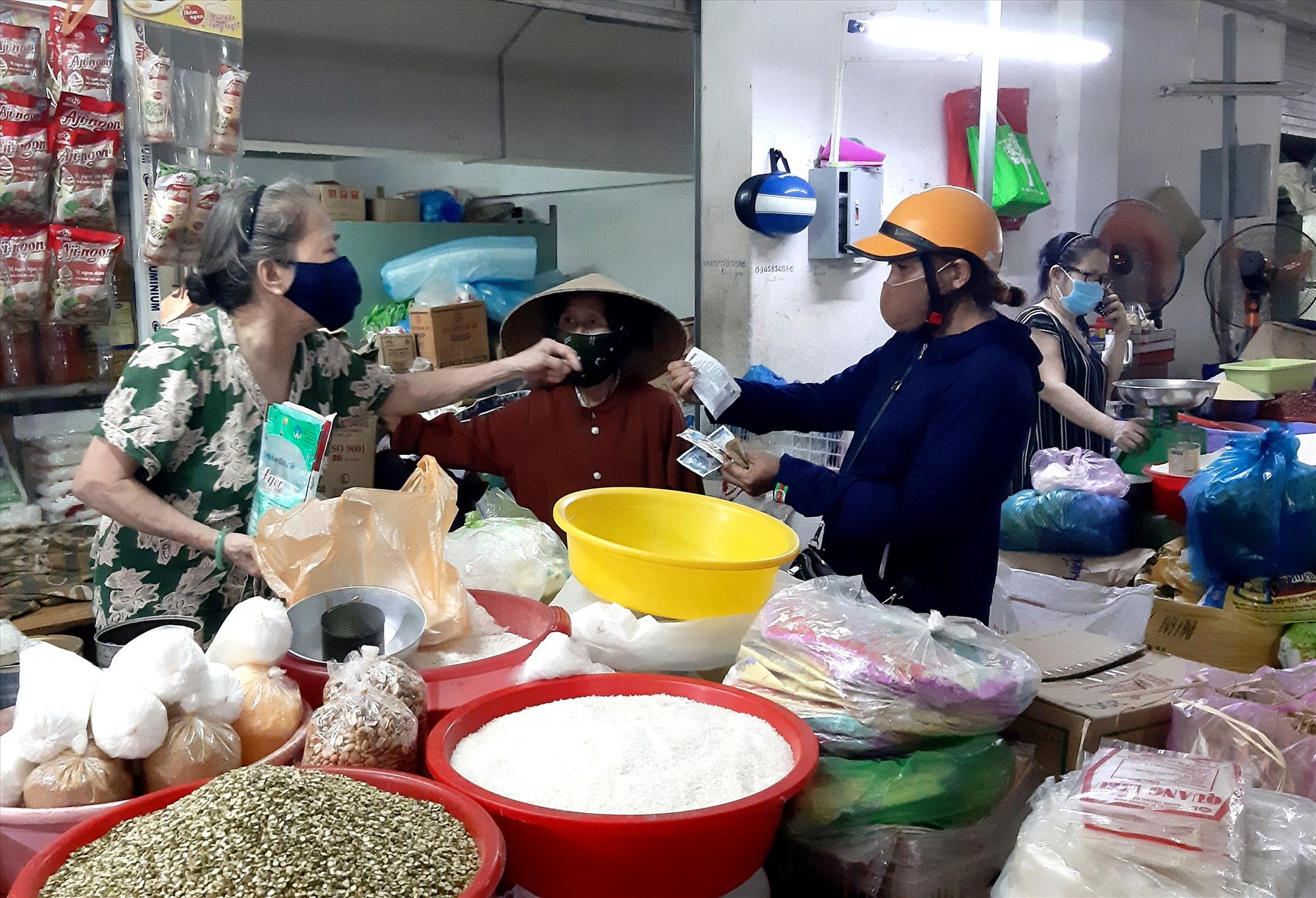 Người dân mua sắm hàng thiết yếu ở chợ Tam Kỳ. Ảnh: VIỆT NGUYỄN