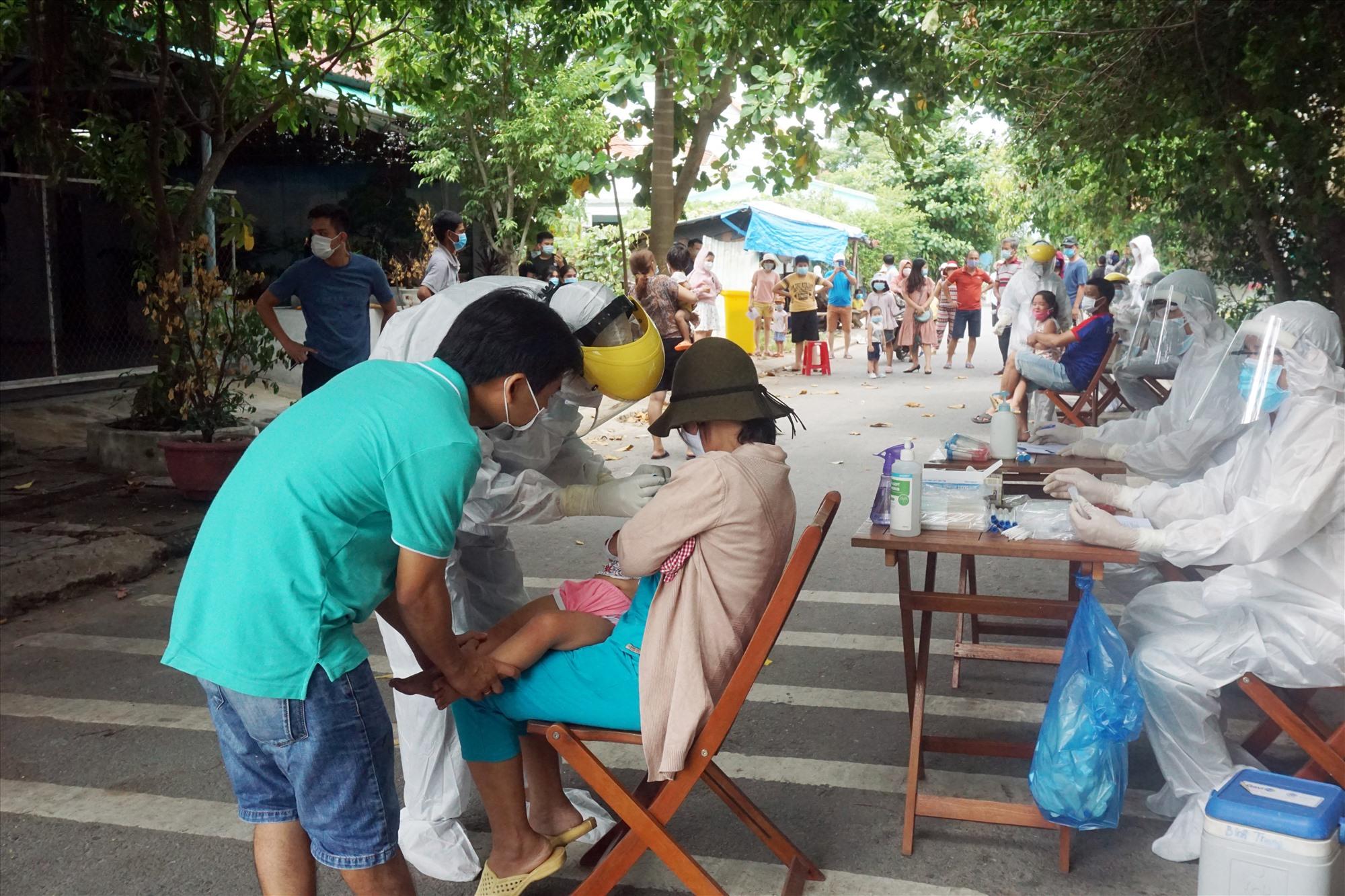 Toàn bộ nhân khẩu tại khu dân cư Lưu Minh (thị trấn Hà Lam huyện Thăng Bình) đã được lấy mẫu xét nghiệm. Ảnh: BIÊN THỰC