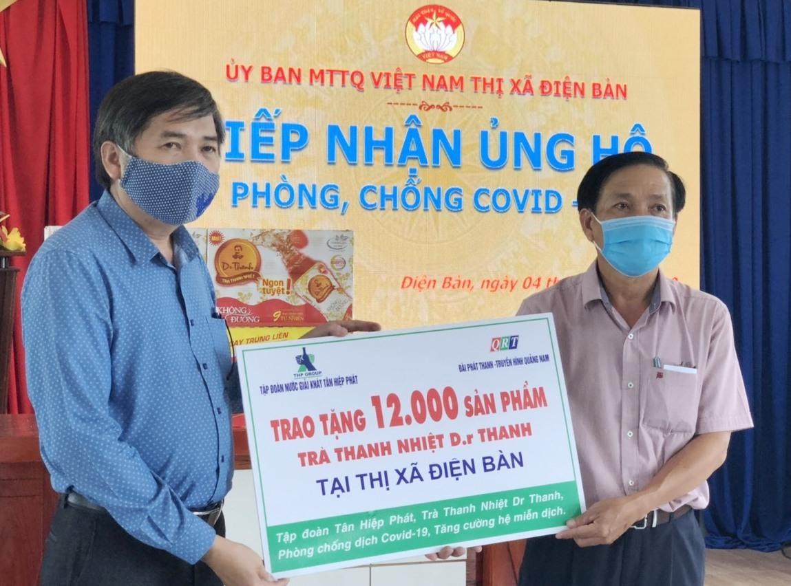 Ông Mai Văn Tư, Giám đốc Đài PT-TH Quảng Nam và đại diện Tập đoàn nước giải khát Tân Hiệp Phát trao tặng quà cho Ủy ban MTTQ Việt Nam TX.Điện Bàn.