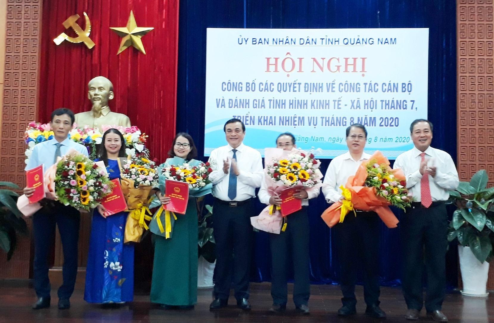 Bí thư Tỉnh ủy Phan Việt Cường và Phó Chủ tịch Thường trực UBND tỉnh Huỳnh Khánh Toàn chúc mừng các cán bộ vừa được bổ nhiệm. Ảnh: X.P
