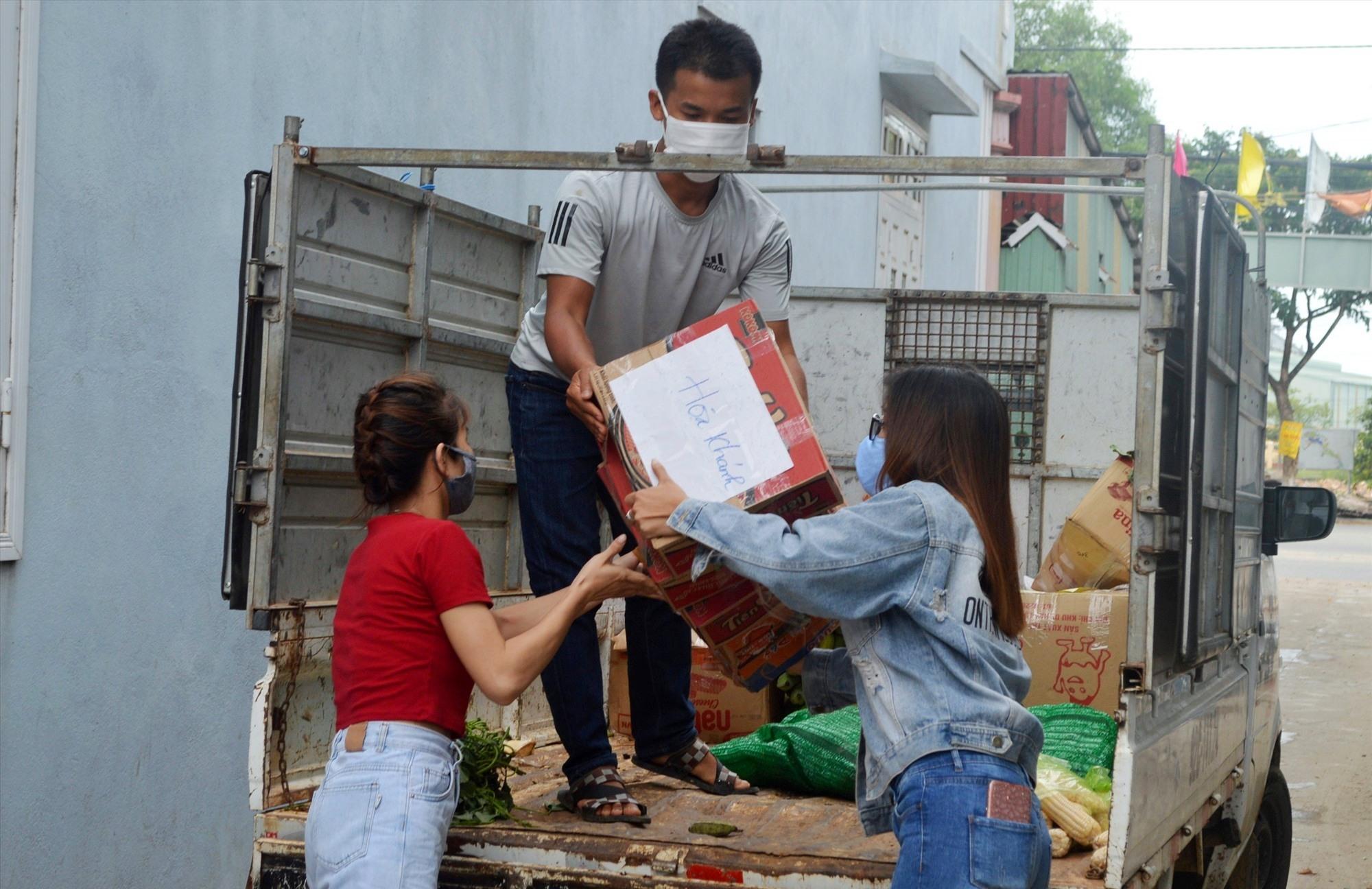 Công nhân nhận hàng cứu trợ từ xe hàng nông sản của đồng bào Cơ Tu (ảnh V.L)