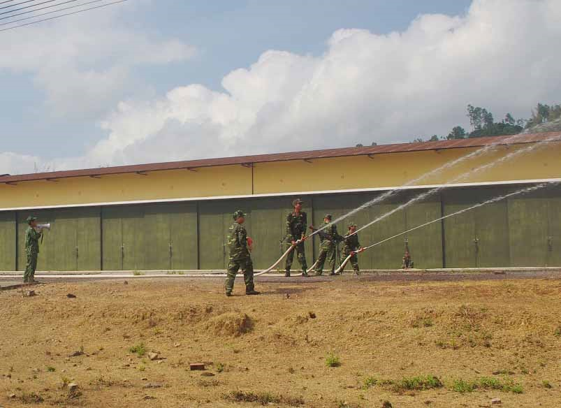 Cán bộ, chiến sĩ Kho K52 làm mát nhà kho bằng hệ thống vòi phun nước cứu hỏa.Ảnh: N.DIỆP