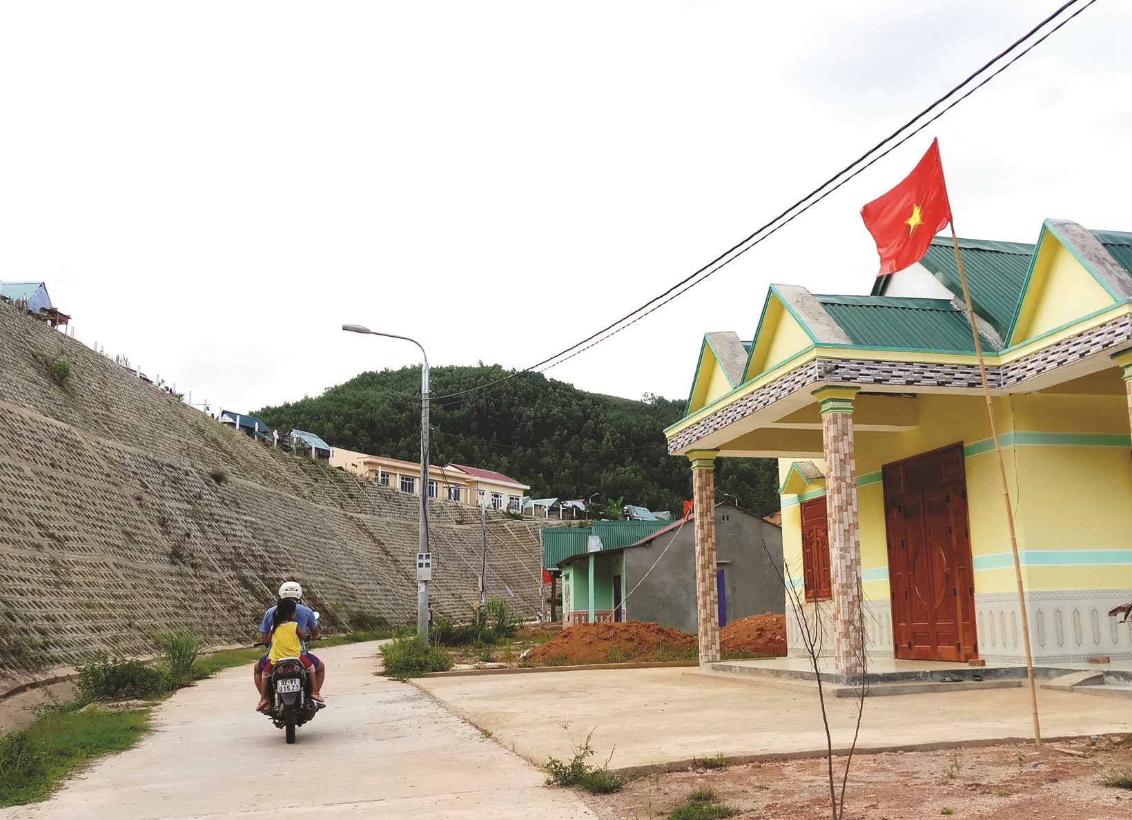 Những căn nhà khang trang đã được dựng lên ở khu tái định cư Kà Dâu, giúp người dân ổn định cuộc sống. Ảnh: N.C