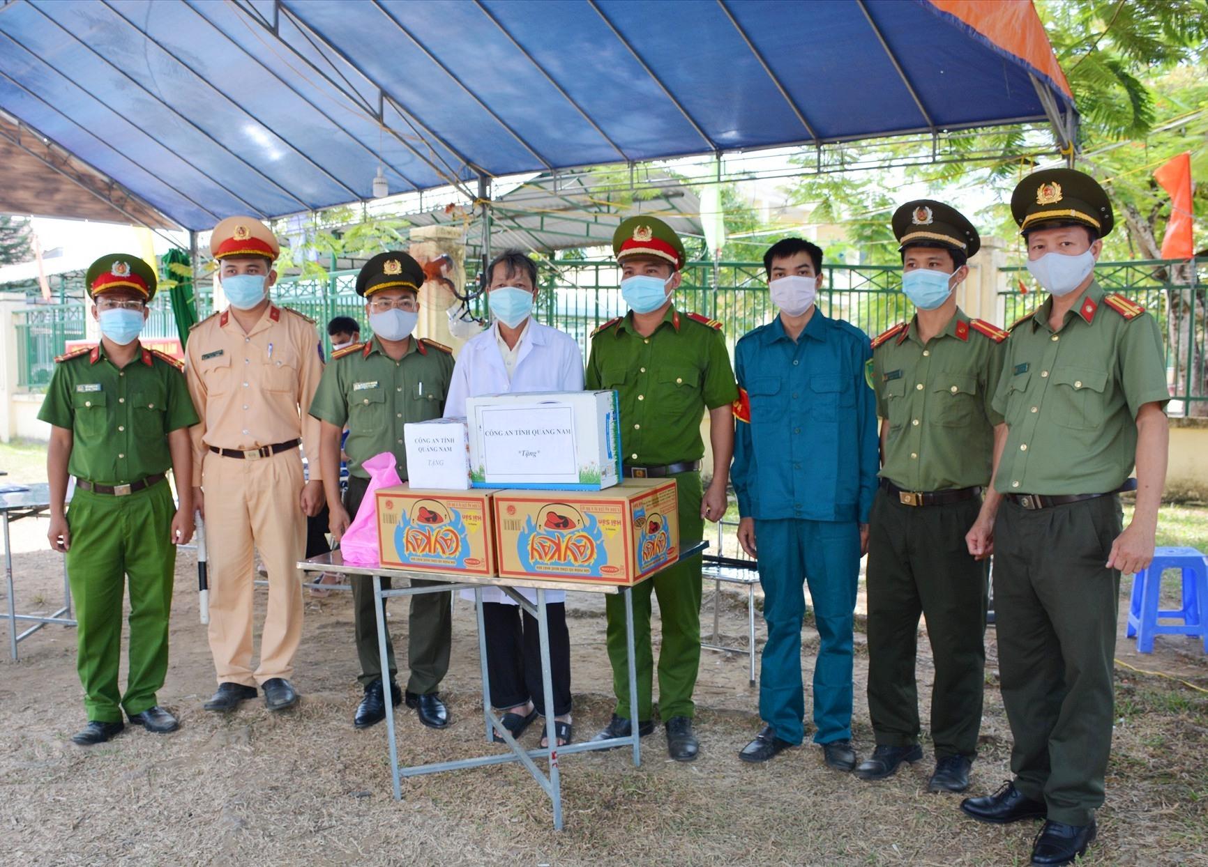Đoàn công tác đến thăm, động viên và tặng quà cán bộ chiến sĩ đang làm việc tại chốt kiểm soát. Ảnh: Q.H