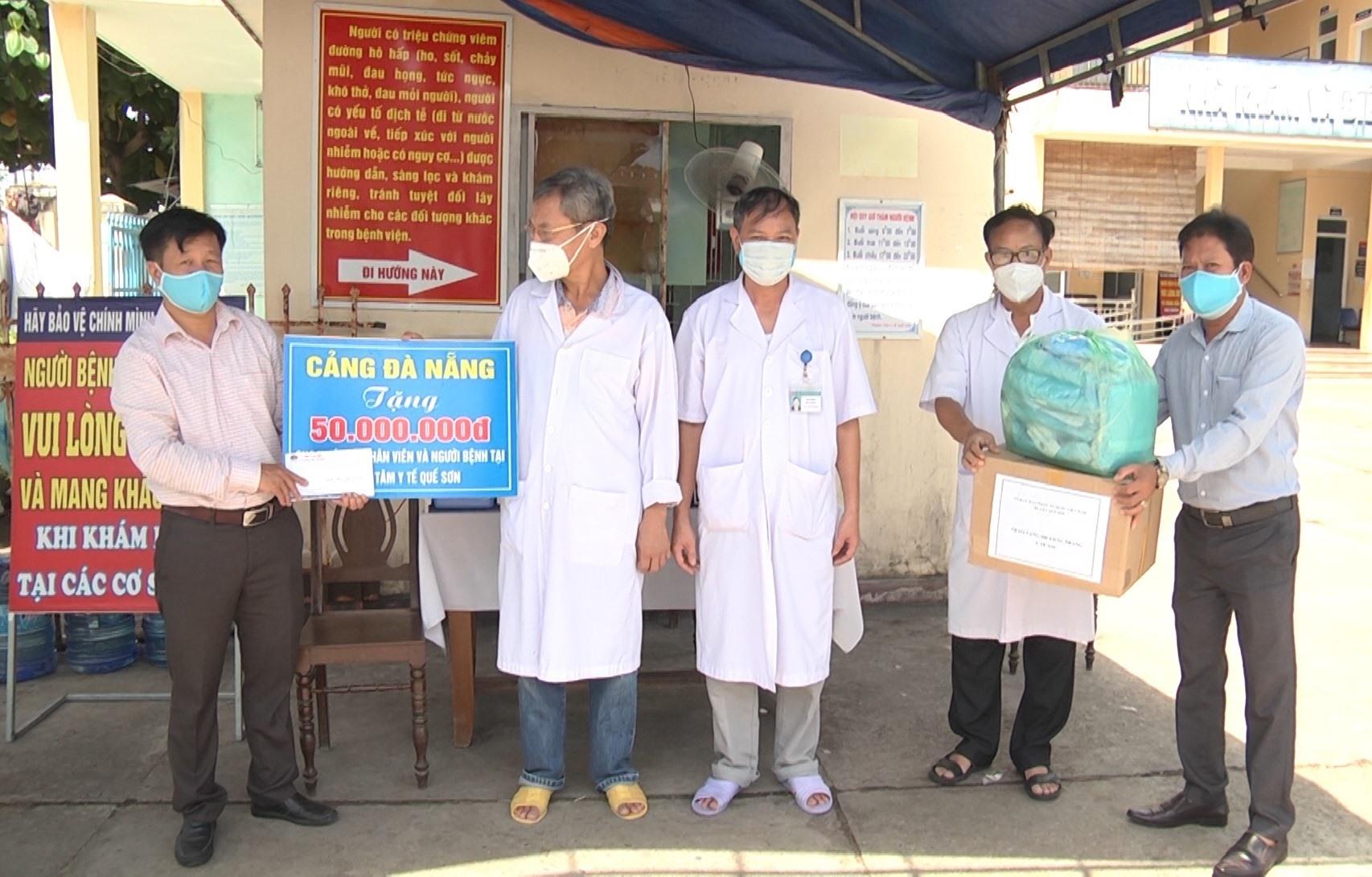 Lãnh đạo UB MTTQVN huyện Quế Sơn trao 50 triệu đồng do Cảng Đà Nẵng hỗ trợ cho y bác sĩ, nhân viên y tế và người bệnh tại Trung tâm Y tế Quế Sơn. Ảnh: D.T