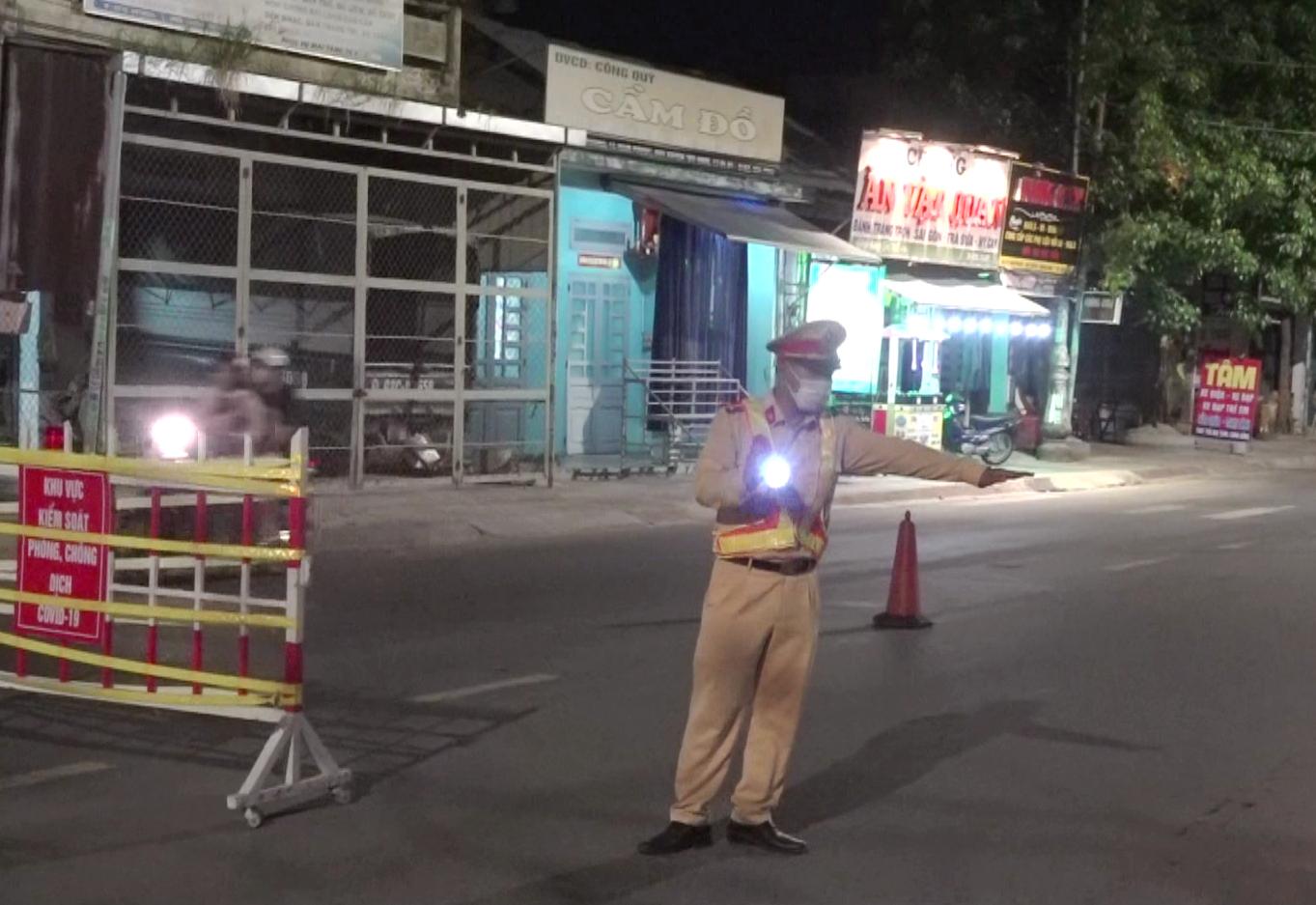 CBCS Công an làm nhiệm vụ ban đêm tại chốt kiểm dịch