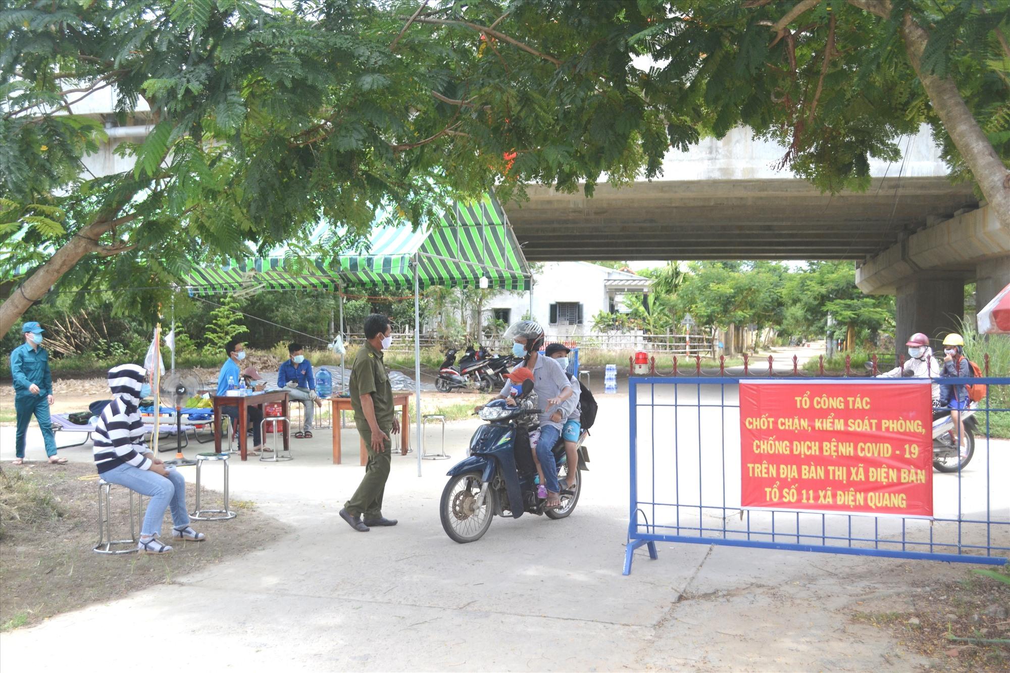 Hội, đoàn thể xã Điện Quang tham gia chốt chặn, kiểm soát dịch bệnh Covid-19. Ảnh: CT