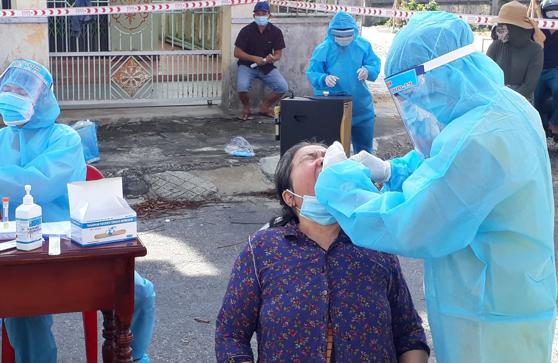 Lấy mẫu xét nghiệm đối với người dân tổ 2, tổ dân phố Lãnh Thượng 2, thị trấn Đông Phú. Ảnh: DT