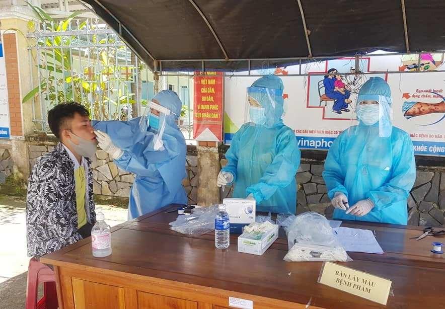 Trung tâm Y tế huyện Tây Giang tổ chức lấy mẫu bệnh phẩm cho tất cả công dân về từ Đà Nẵng sau ngày 18.7.