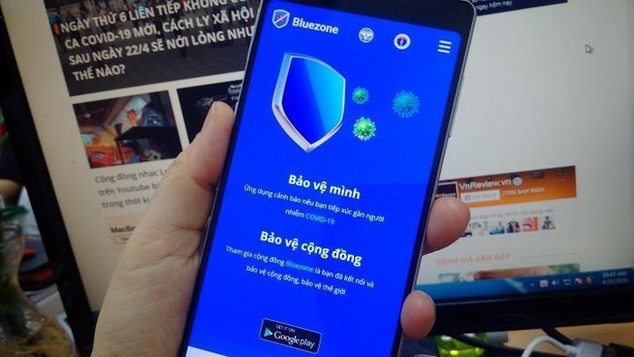 Cài đặt ứng dụng Bluezone để tự bảo vệ minh và bảo về cộng đồng. Ảnh: VINH ANH