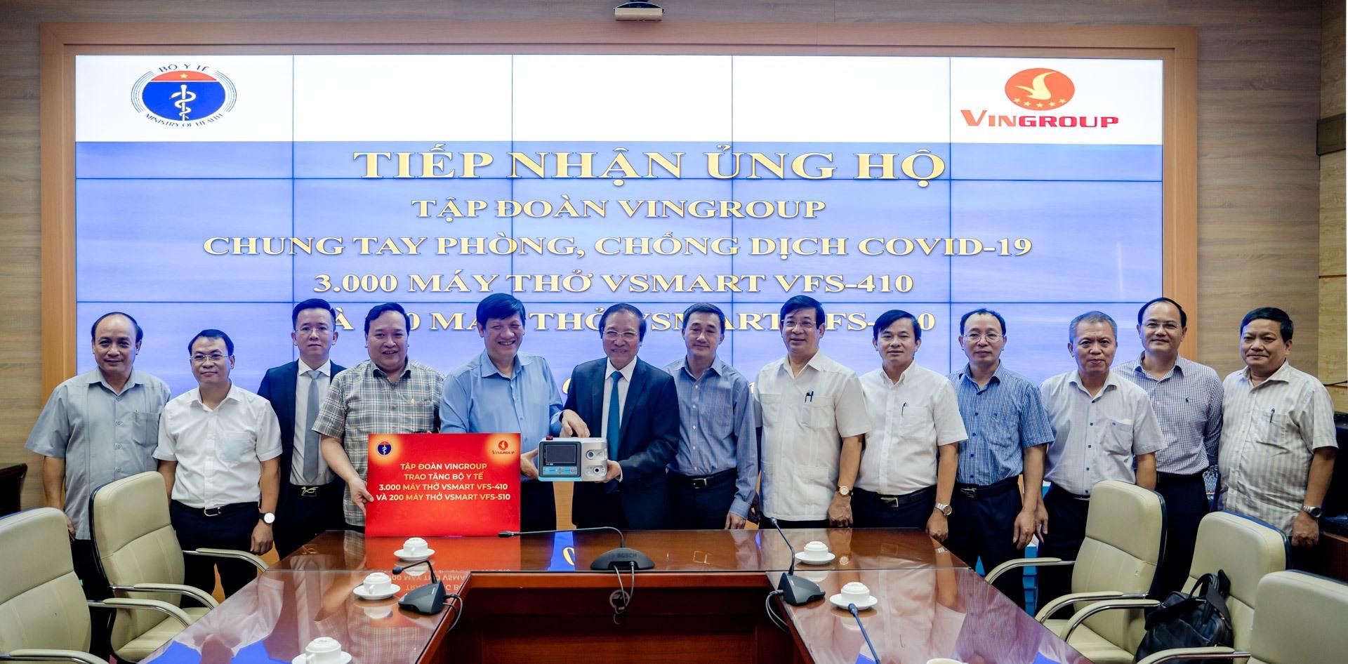 Đại diện Tập đoàn Vingroup trao tặng Bộ Y tế 3.000 máy thở Vsmart VFS-410 và 200 máy thở Vsmart VFS-510.