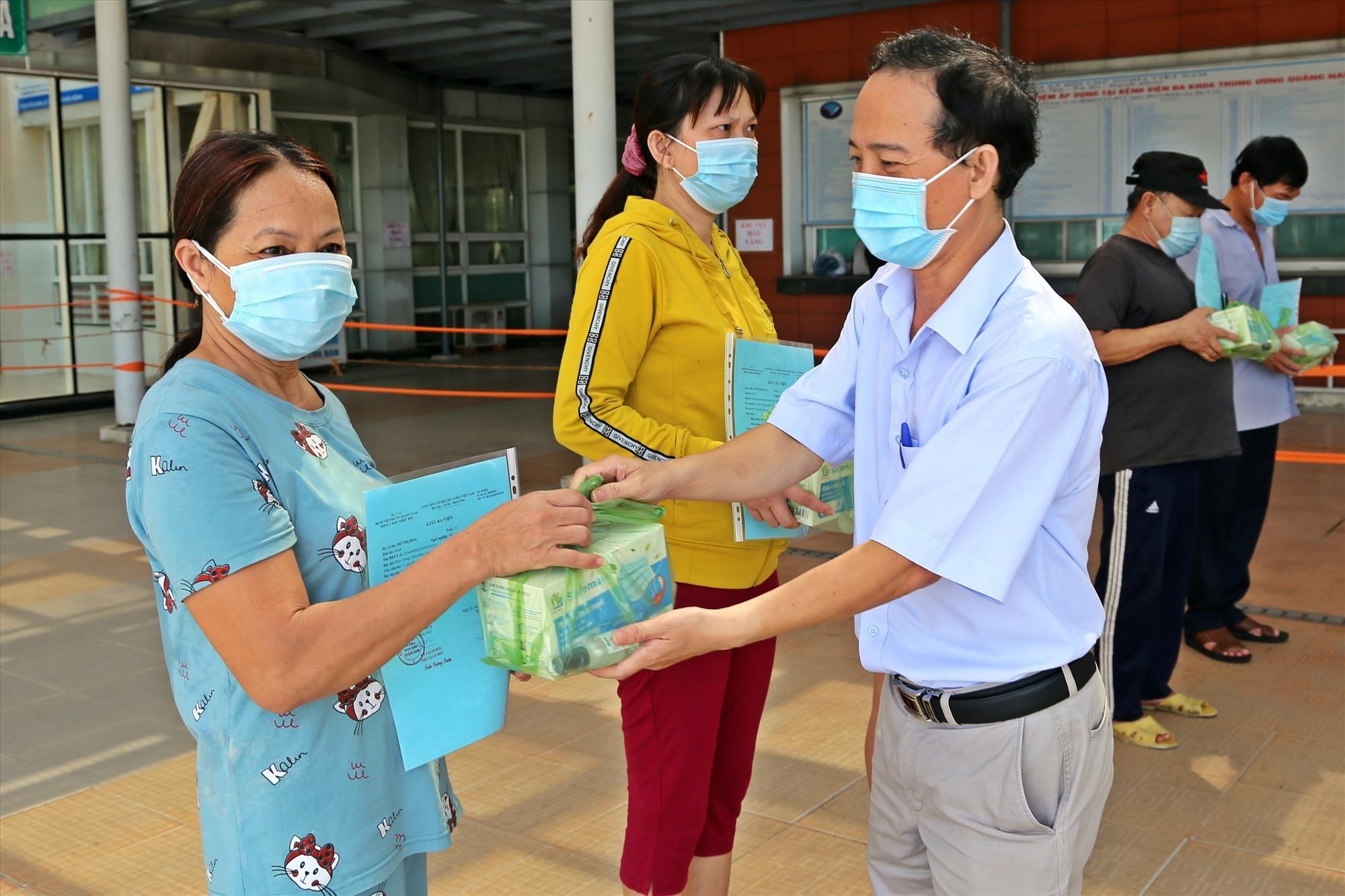 ác bệnh nhân xuất viện được bệnh viện tặng quà là các trang thiết bị y tế cần thiết, dặn dò theo dõi sức khỏe tại nhà. Ảnh: Đ. YÊN