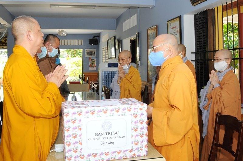 Ban Trị sự Giáo hội Phật giáo Việt Nam tỉnh tặng quà các địa phương bị ảnh hưởng bởi dịch Covid-19. Ảnh: PGQN.