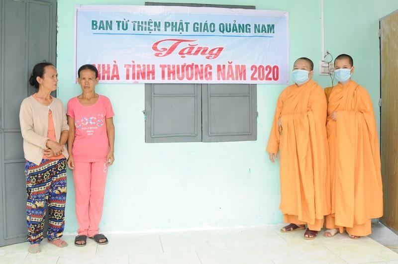 Ni trưởng Thích Nữ Chúng Liên bàn giao nhà cho gia đình bà Liên (Phú Ninh). Ảnh: PGQN.