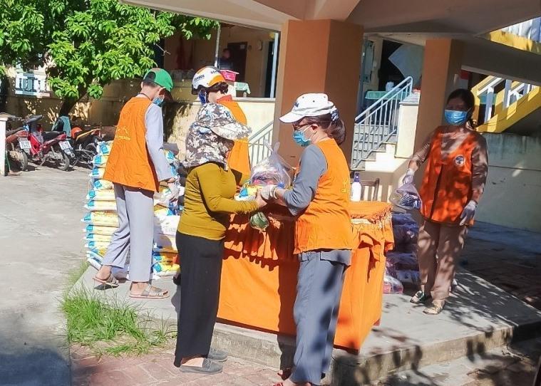 Phật giáo thị xã Điện Bàn tặng quà cho người nghèo. Ảnh: PGQN