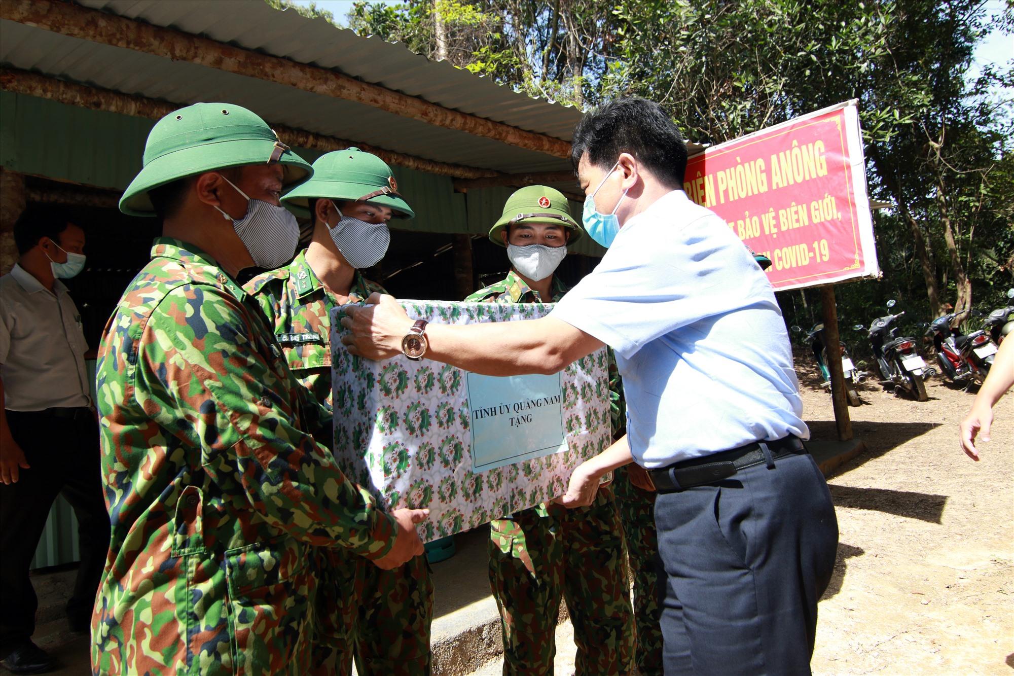 Phó Bí thư Thường trực Tỉnh ủy Lê Văn Dũng tặng quà cho chốt kiểm soát Đồn biên phòng A Nông nhân chuyến thăm vừa qua. Ảnh: T.C