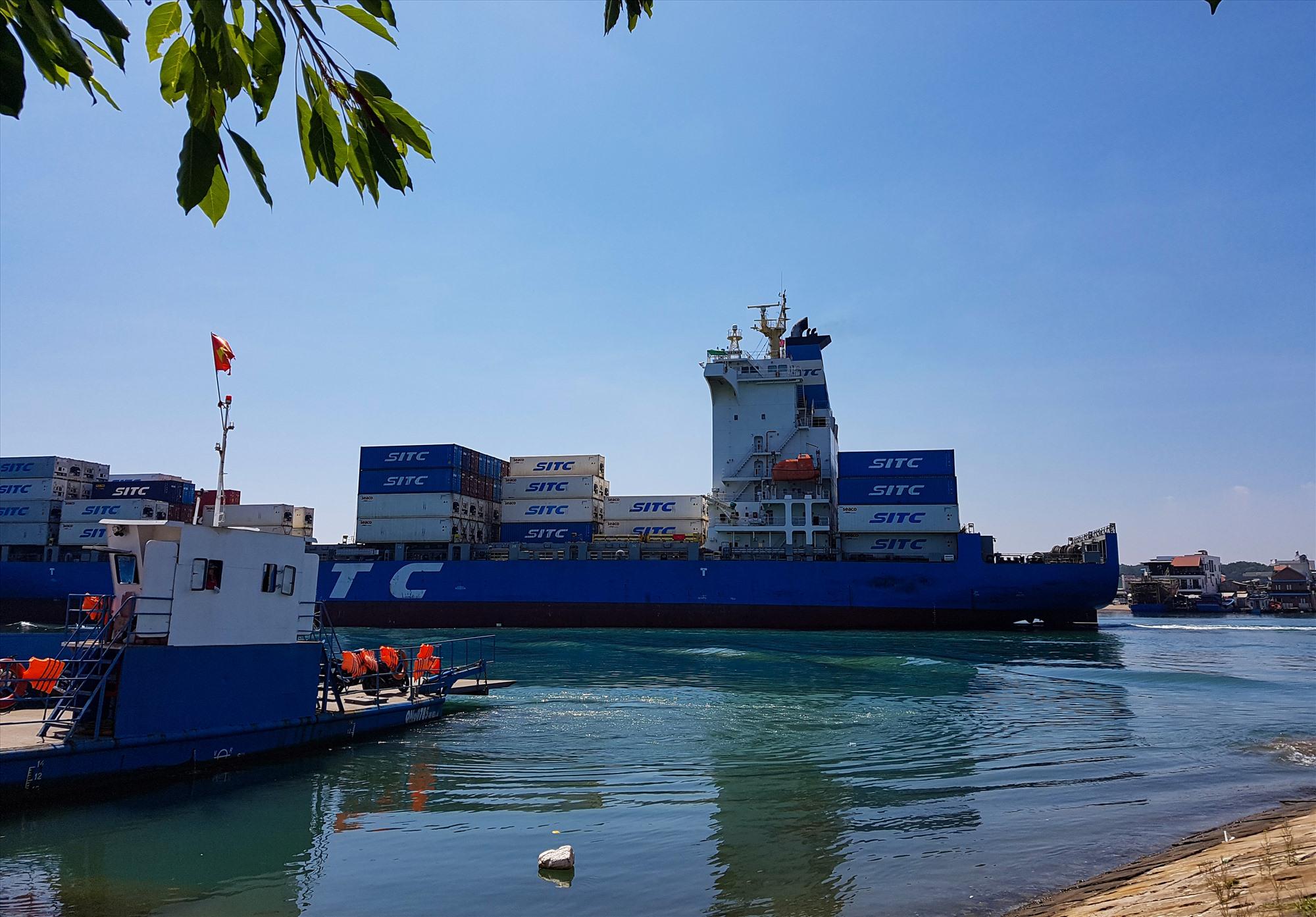 Mỗi ngày, có hàng chục chuyến tàu tải trọng lớn đi qua khu vực phà Tam Hải, theo chính quyền địa phương, phương án xây cầu là bất khả thi. Ảnh: T.C