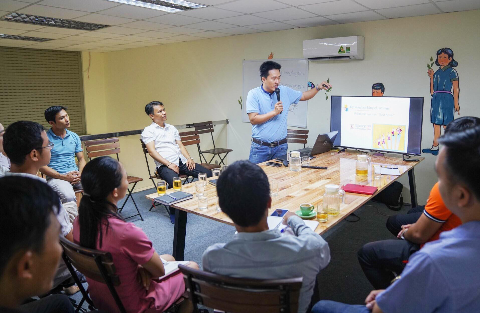 Ông Nguyễn Bão Quốc trong vai trò diễn giả, tập huấn cho các doanh nghiệp khởi nghiệp trên địa bàn tỉnh. Ảnh: P. VINH