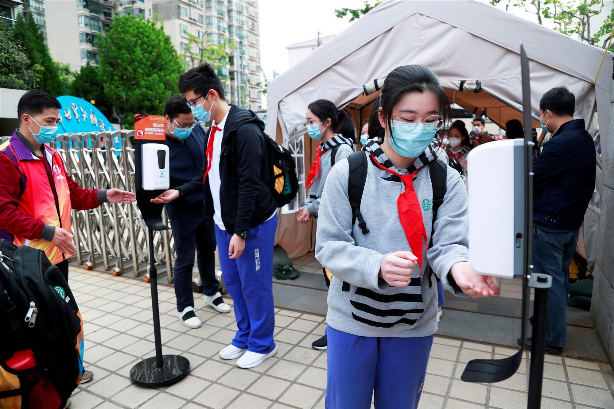 Học sinh khắp nơi trên thế giới quay lại trường học với các biện pháp phòng ngừa lây nhiễm Covid-19. Ảnh: Reuters