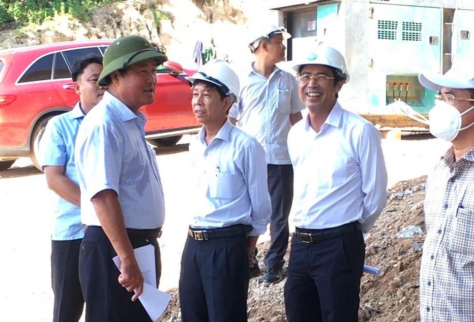Phó Chủ tịch Thường trực UBND tỉnh Huỳnh Khánh Toàn (bên trái) nghe chủ đầu tư báo cáo về tiến độ thi công trên công trường cầu Nông Sơn. Ảnh: CTV
