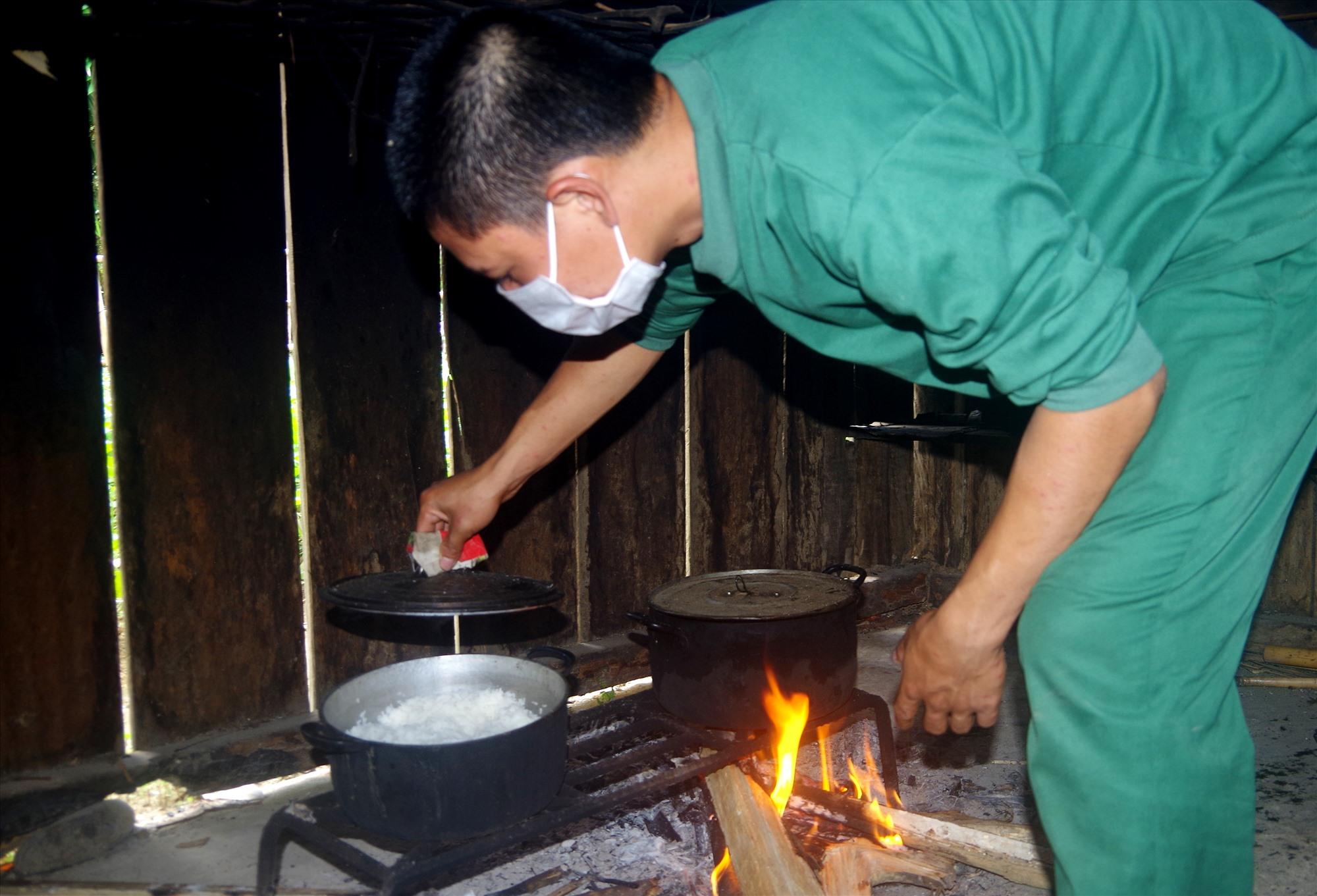 Sau các buổi làm nhiệm vụ tuần tra biên giới, các chiến sĩ lại tất bật cho công việc nấu ăn, phục vụ đời sống. Ảnh: T.N