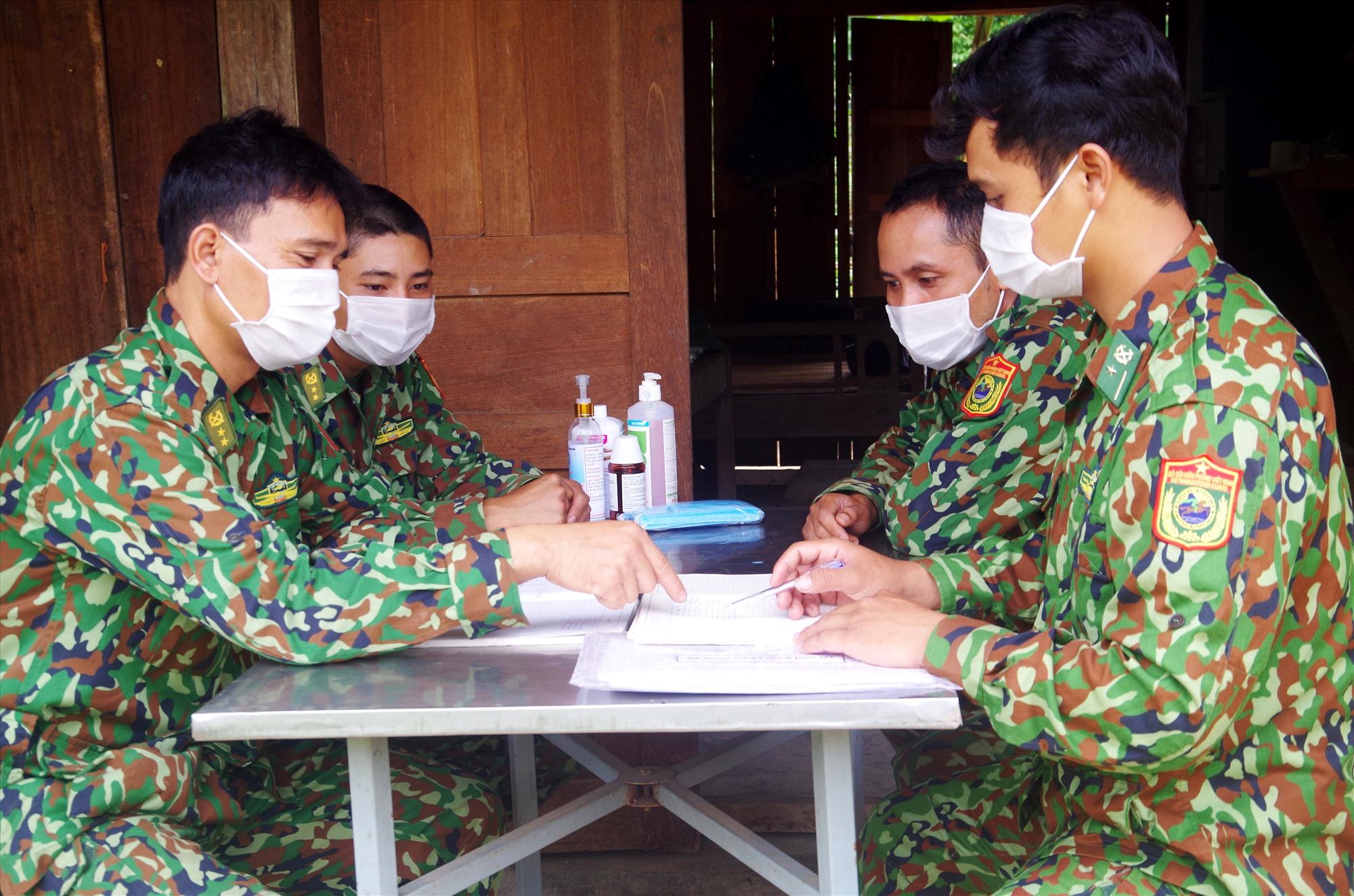 Các chiến sĩ tổ chức họp giao ban mỗi buổi sáng để phân công nhiệm vụ. Ảnh: T.N