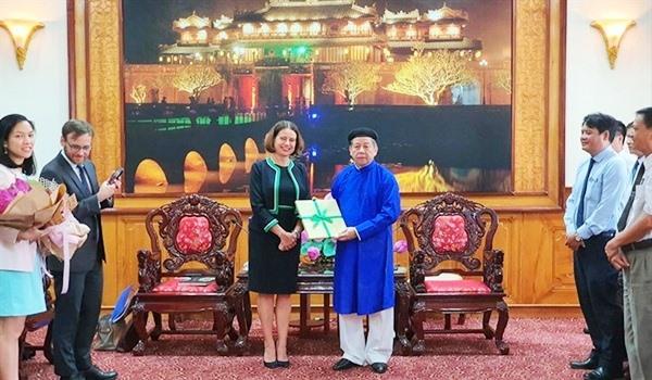 Ông Phan Ngọc Thọ, Chủ tịch UBND tỉnh Thừa Thiên -Huế mặc áo dài khi tiếp Đại sứ Úc.