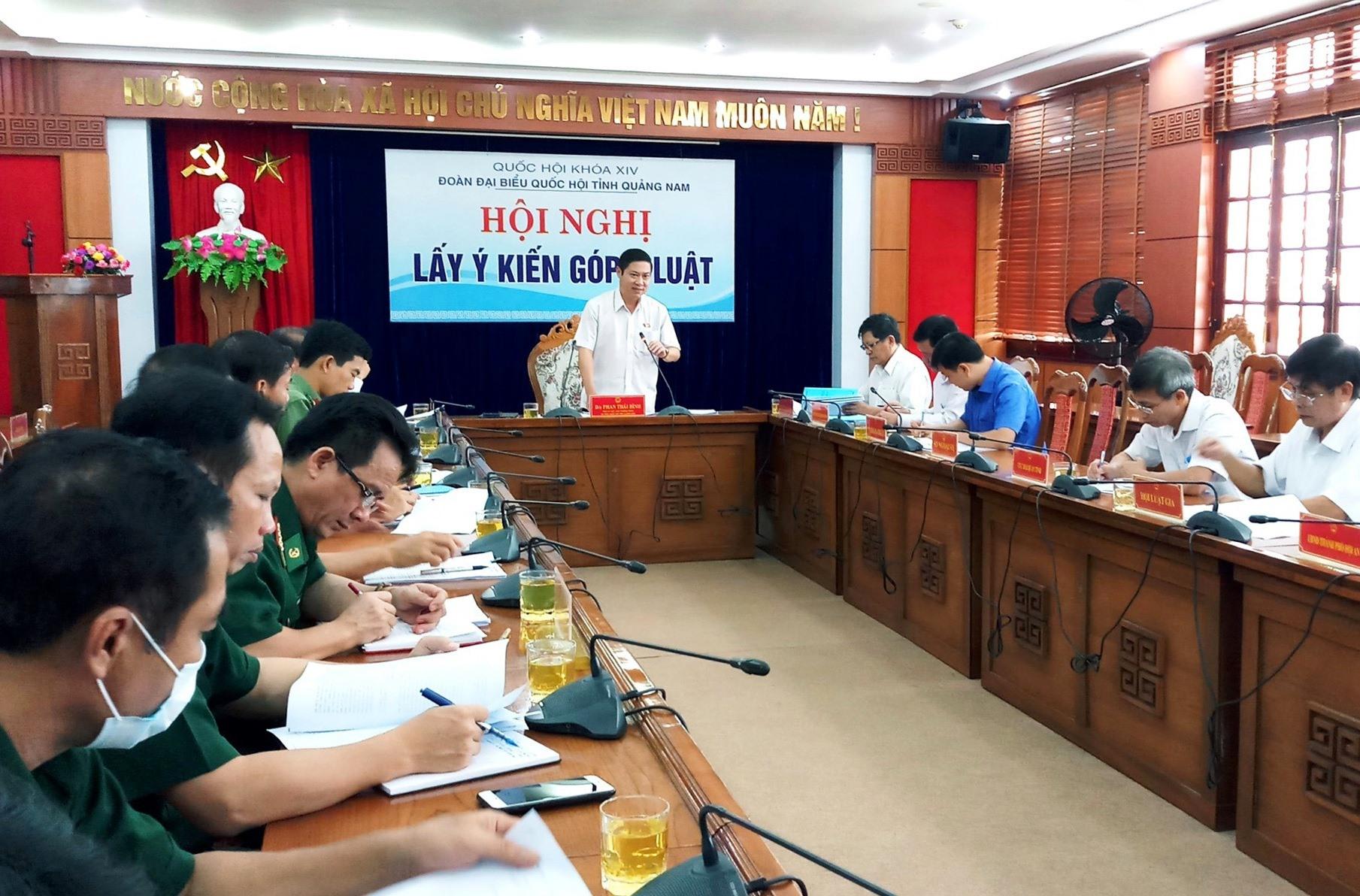 Phó trưởng Đoàn Đại biểu Quốc hội tỉnh Phan Thái Bình chủ trì buổi hội nghị lấy ý kiến. Ảnh: A.N