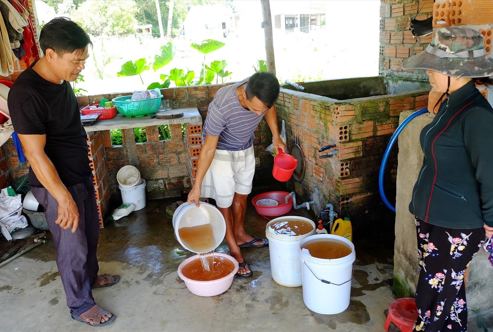 Nguồn nước giếng khoan đã bị nhiễm phèn đỏ ngầu, người dân thiếu nước sinh hoạt. Ảnh: A.B
