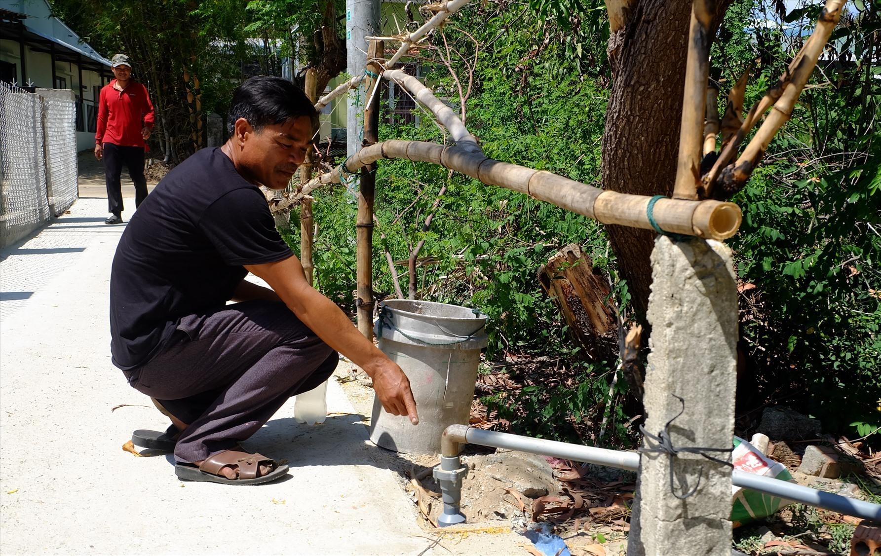 Xóm của anh Trần Xuân Thủy đã phải khoan đến 7 giếng nước trên một đoạn đường ngắn, nhưng vẫn không có nước để sử dụng. Ảnh: A.B