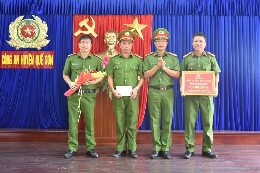 Đại tá Nguyễn Hà Lai khen thưởng Công an huyện Quế Sơn. Ảnh: Q.H