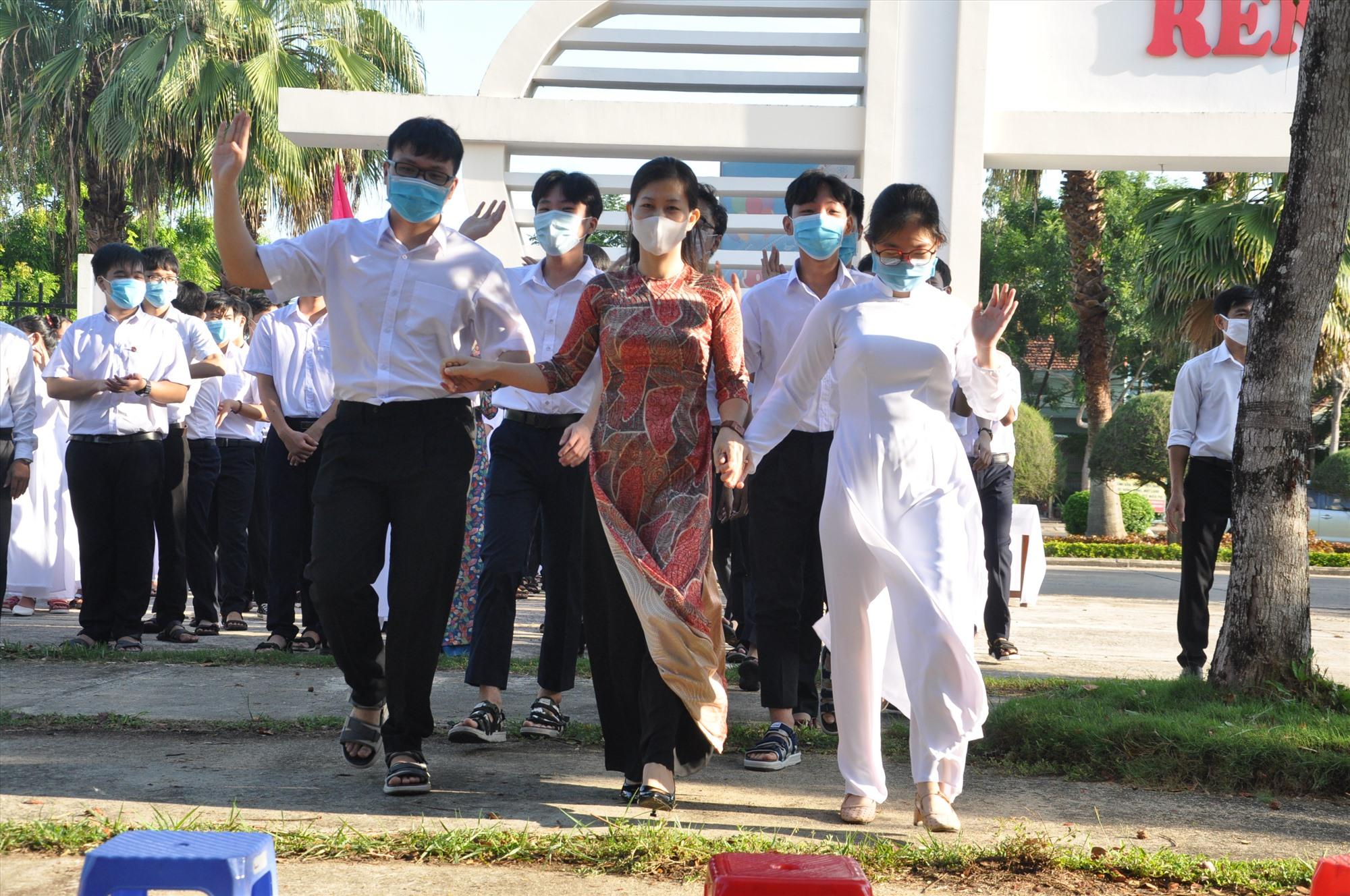 Học sinh Trường THPT chuyên Nguyễn Bỉnh Khiêm tại lễ khai giảng năm học 2020-2021. Ảnh: X.P