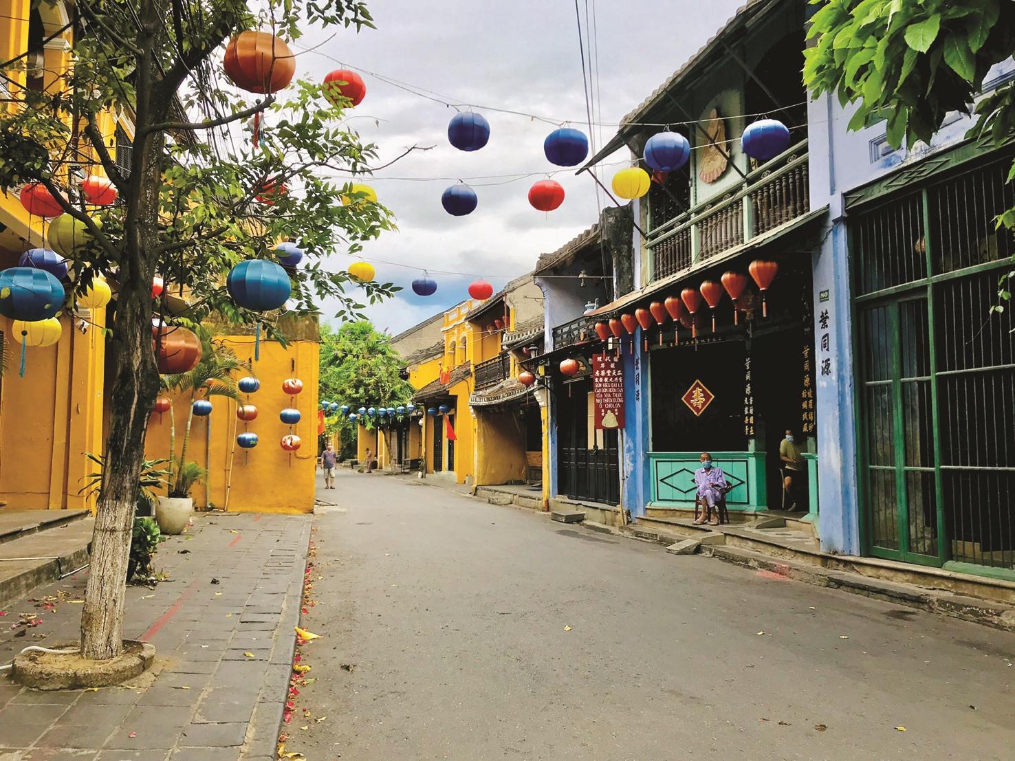 Hầu hết cửa hiệu trong khu vực phố cổ Hội An vẫn ngại mở cửa trở lại vì không có du khách.