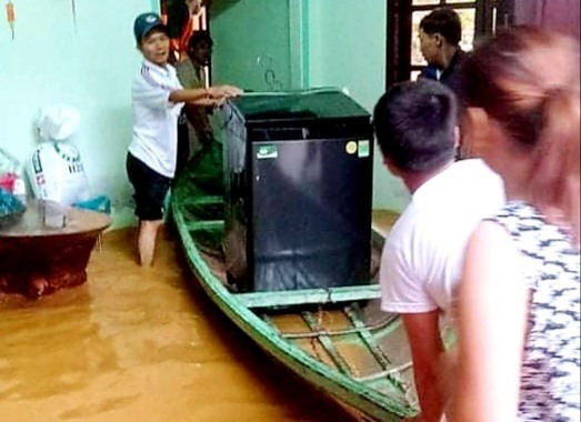 Người dân Đông Giang sơ tán, di chuyển tài sản đến nơi an toàn. Ảnh: K.N
