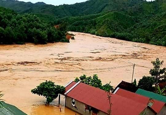 Lũ dâng cao đột ngột khiến nhiều nhà người dân ở Đông Giang bị ngập úng. Ảnh: K.N