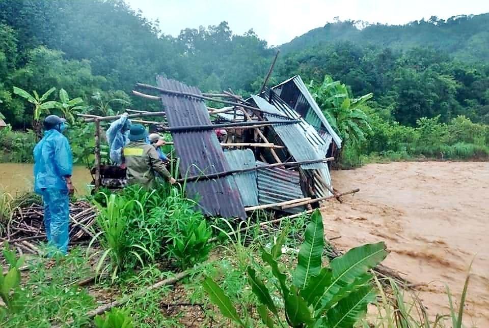 hiều ngôi nhà của người dân Tây Giang bị lũ gây ngập, cuốn trôi. Ảnh: B.Q