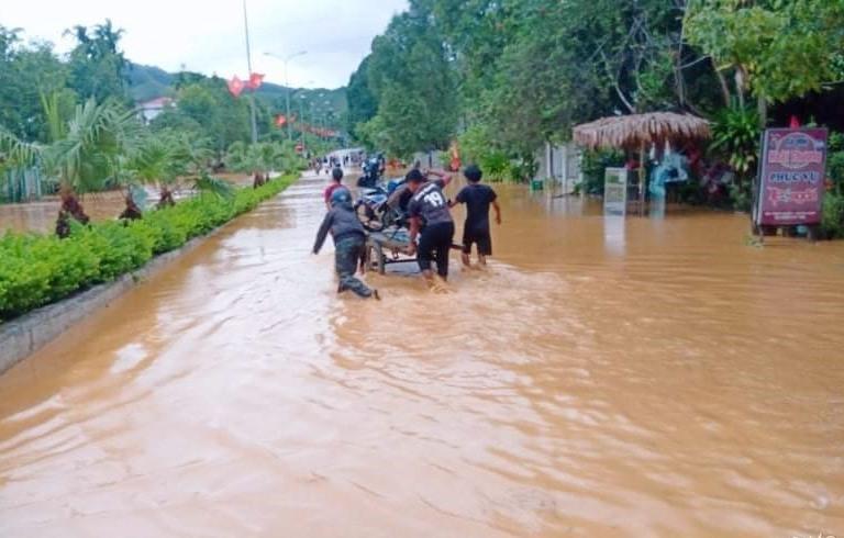 Nhiều tuyến đường ở nội thị Prao cũng bị ngập úng cục bộ do mưa lũ. Ảnh: K.N