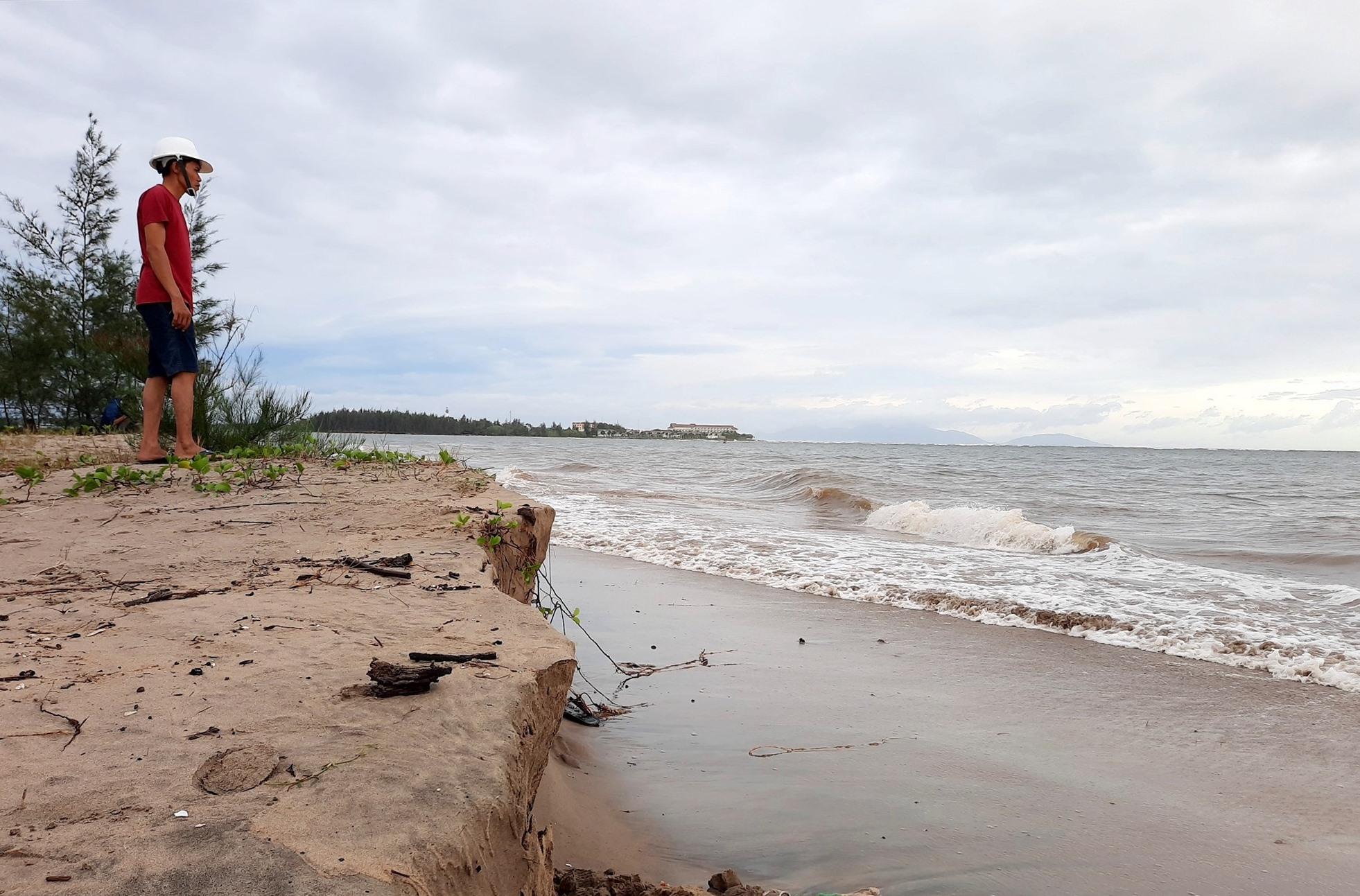 2km bờ biển thuộc xã Duy Hải bị sạt lở mạnh do ảnh hưởng của cơn bão số 5. Ảnh: HỒ QUÂN