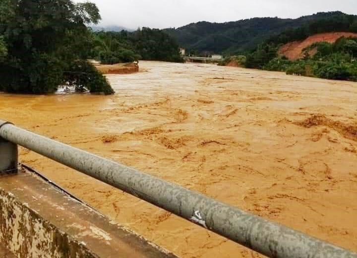 Lũ lớn lên nhanh, chảy xiết ở nhiều sông, suối trên địa bàn Tây Giang. Ảnh: T.L