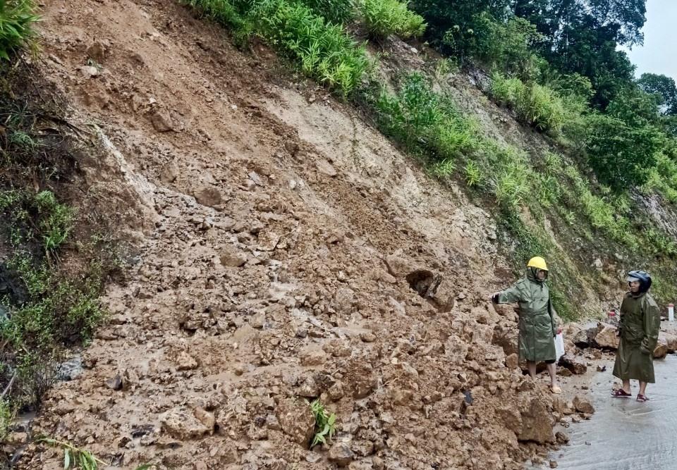 Sạt lở hơn 100m3 đất đá ở các tuyến giao thông. Ảnh MINH THÔNG