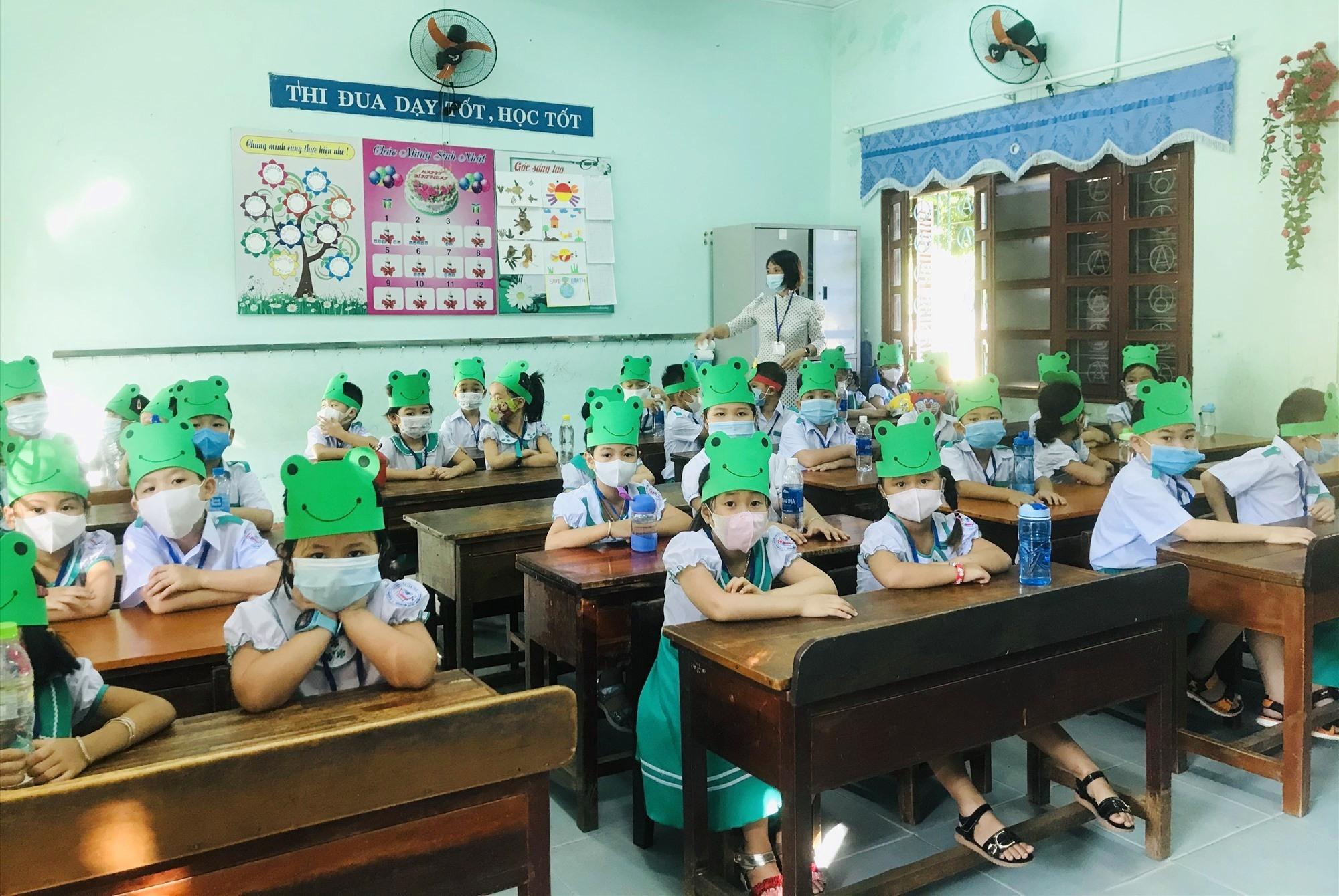 Học sinh Quảng Nam đi học trở lại vào ngày mai 19.9. Ảnh: C.N