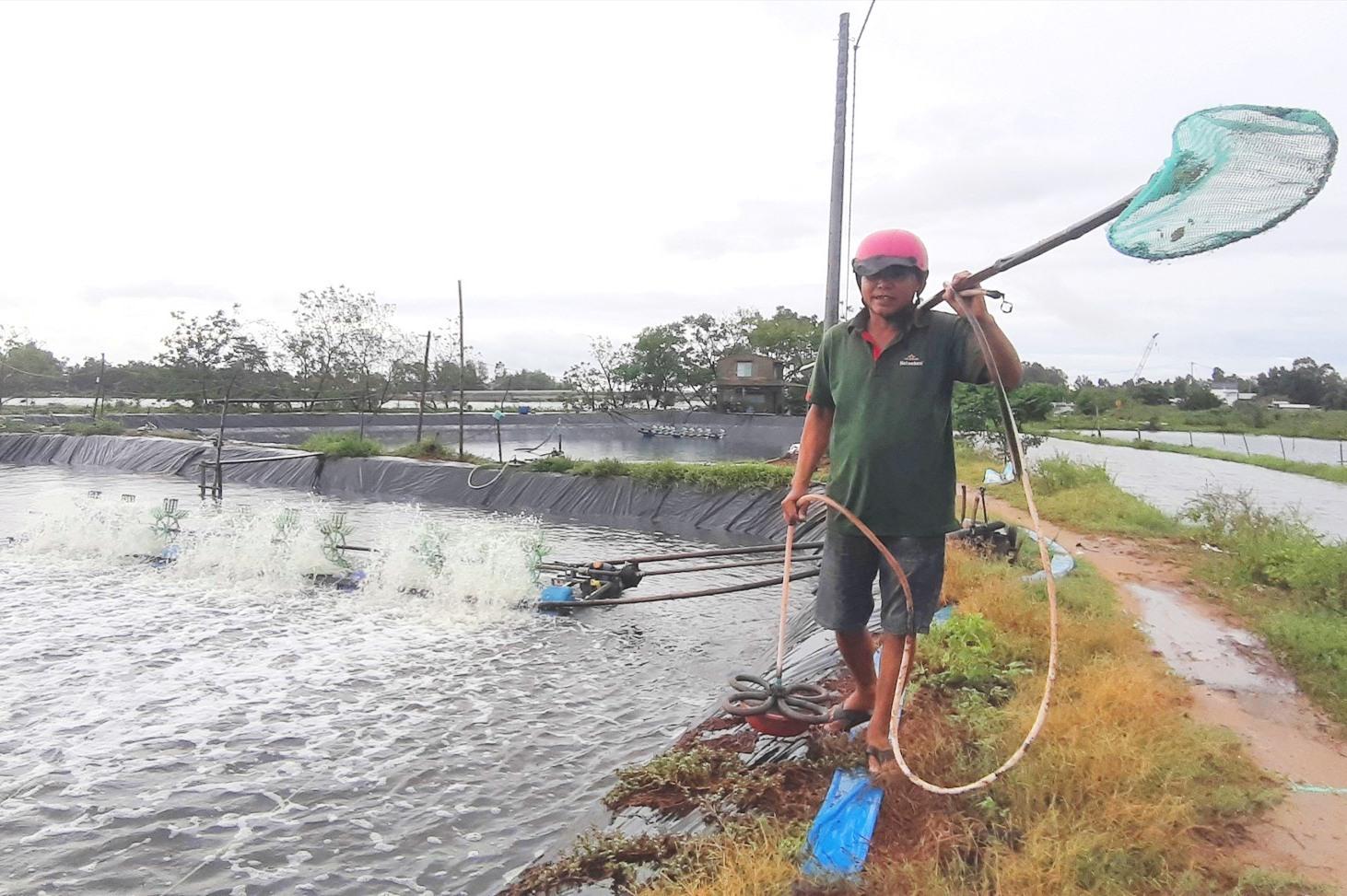 Ông Trần Văn Nhứt ở thôn Vĩnh Nam (Duy Vinh, Duy Xuyên) kiểm tra, bảo quản các dụng cụ cần thiết. Ảnh: T.P