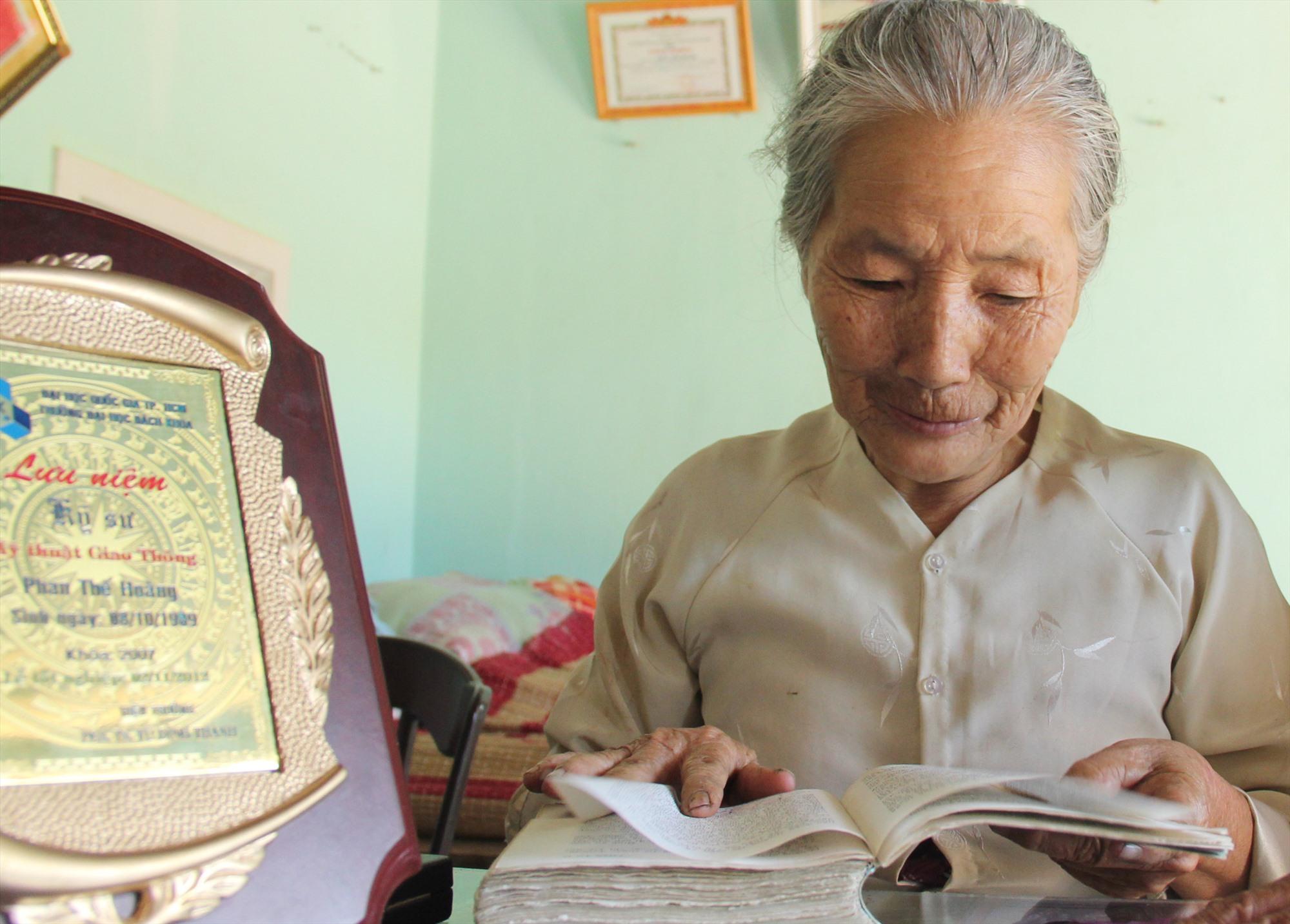 """Nguyên mẫu Võ Thị Phận từng đọc tiểu thuyết """"Mẫn và tôi"""" qua trang sách photo. Ảnh: H.X.H"""