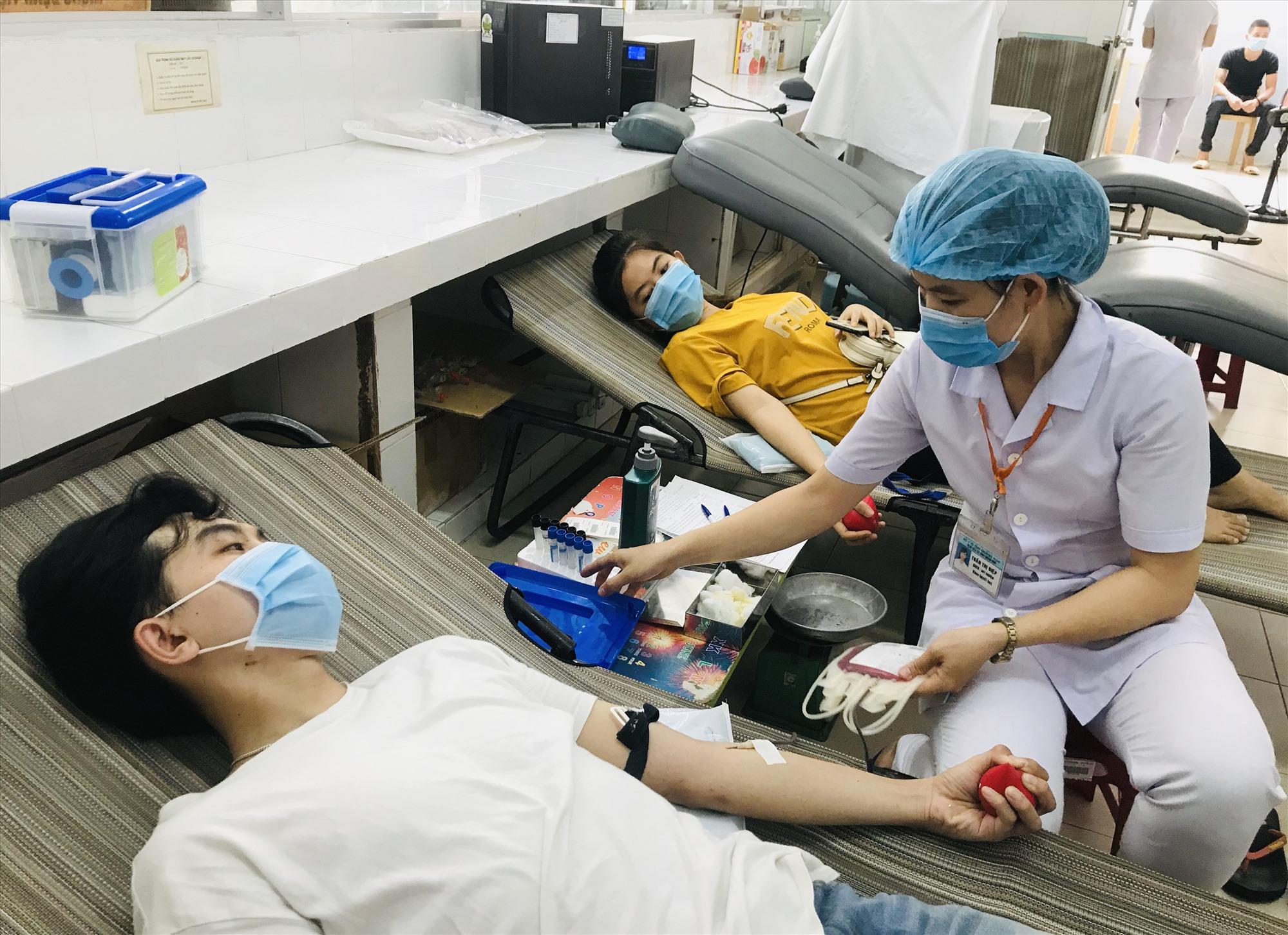 Tình nguyện viên hiến máu giữa mùa dịch Covid-19. Ảnh: C.N