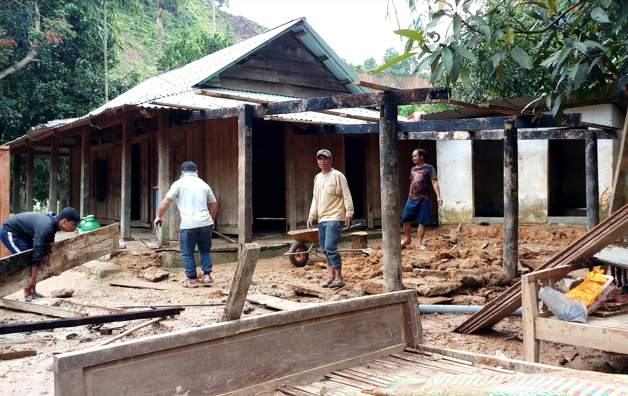 Người dân ở thôn Ahu (xã A Tiêng, Tây Giang) dựng lại căn nhà bếp đã bị lũ cuốn trôi trước đó. Ảnh: A.N