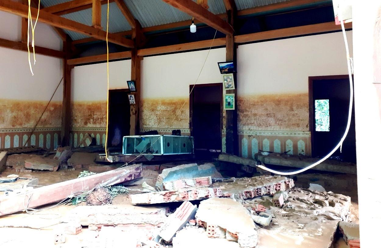 Nhiều căn nhà tan hoang sau lũ dữ. Ảnh: A.N
