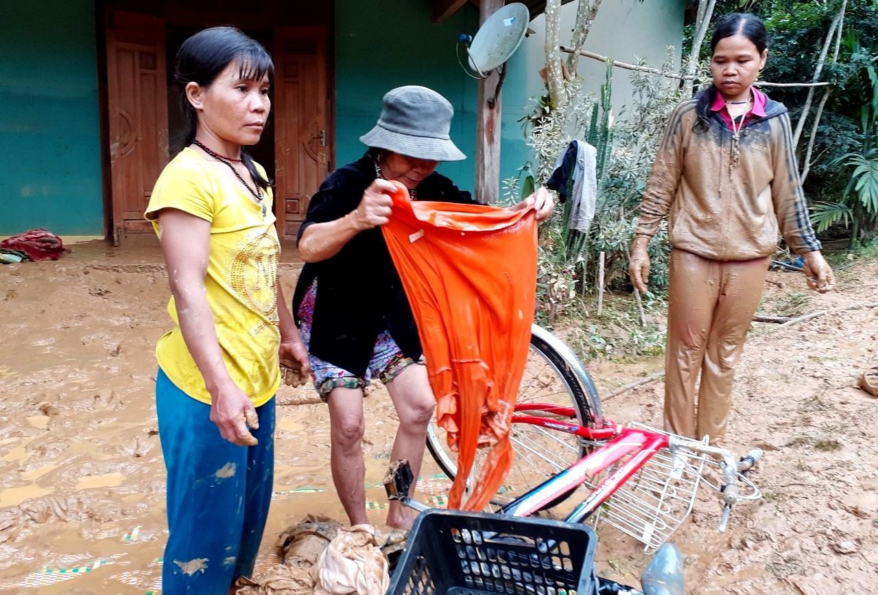 Người dân vùng cao lượm lặt lại một số tài sản gia đình bị lớp bùn vùi lấp. Ảnh: A.N
