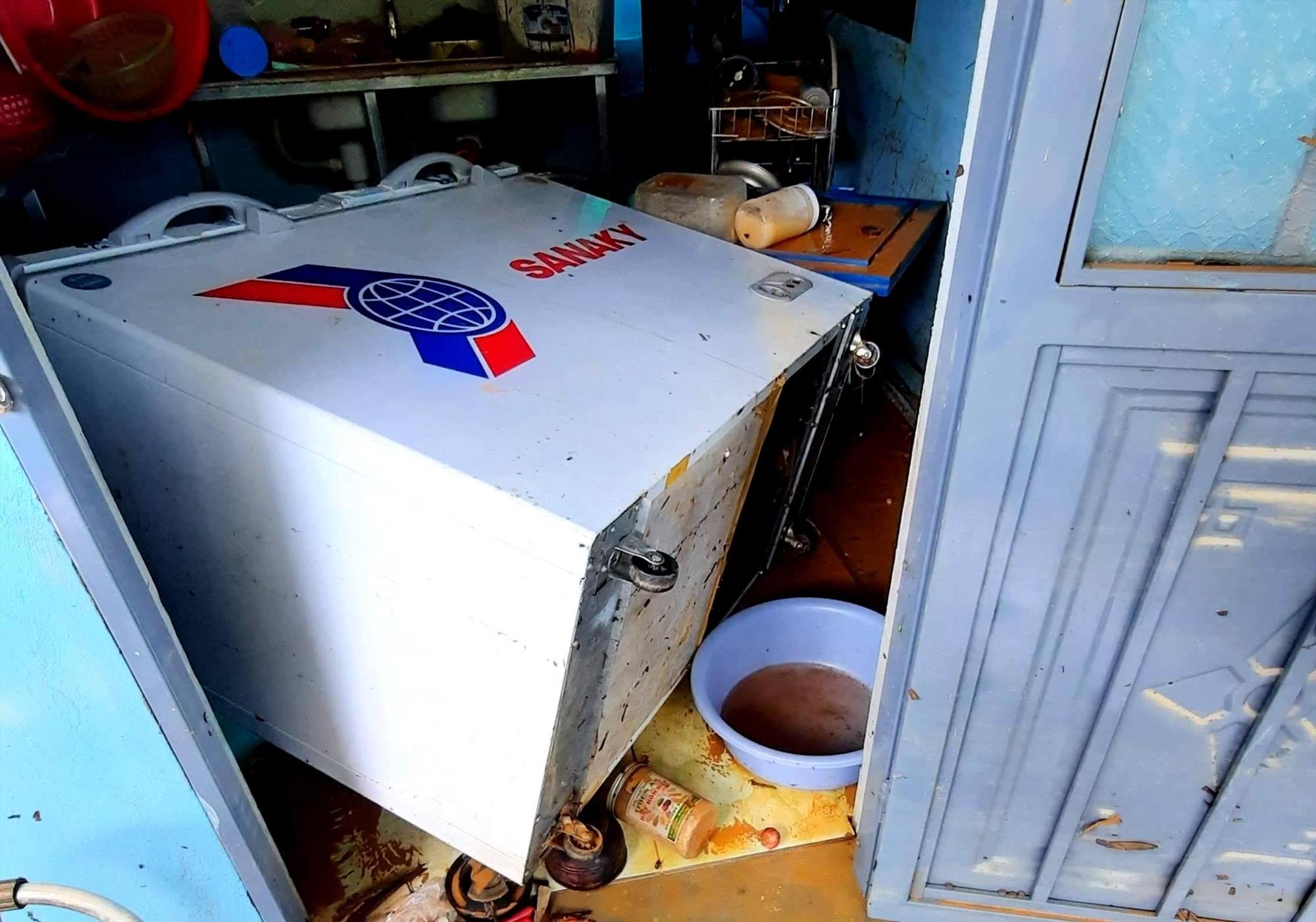 Rất nhiều tài sản, vật dụng trong nhà bị lũ nhấn chìm, gây hư hại nặng nề. Ảnh: A.N